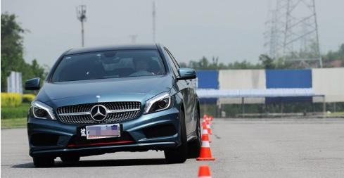 评测奔驰A260绕桩测试及奔驰A180实际油耗高吗