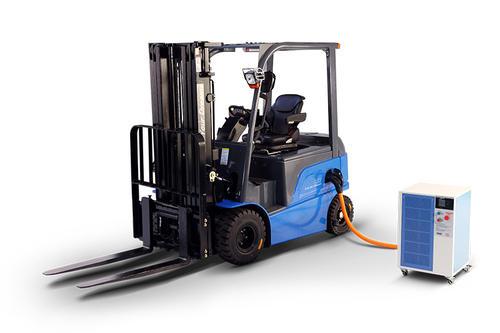 比亚迪展示了其新款锂电叉车及磷酸铁锂电池和充电技术