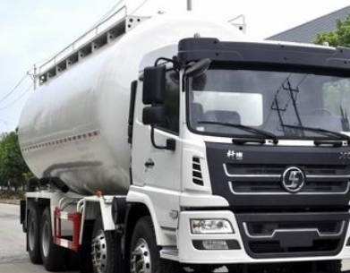 粉粒物料运输车是一种专门运输颗粒直径不大于0.1mm的干燥物料的专用车