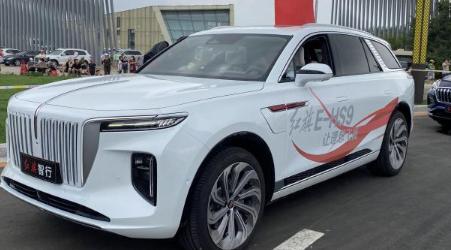 一汽红旗官方正式向我们展示了旗下全新纯电动大型SUV红旗E-HS9的实车
