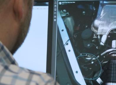 保时捷技术人员最近使用3倍增强现实技术修复汽车
