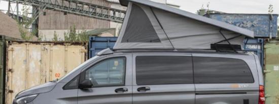 Pössl驾驶小型多功能的梅赛德斯4x4露营车前进